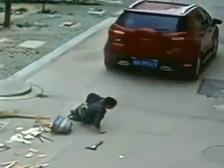 Мальчик чудом выжил после того, как его переехала машина. Видео