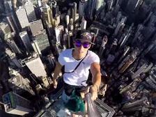 Самое страшное селфи: мужчина забрался на шпиль небоскреба в Гонконге. Видео