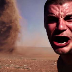 Селфи на фоне торнадо стало хитом в Интернете. Видео
