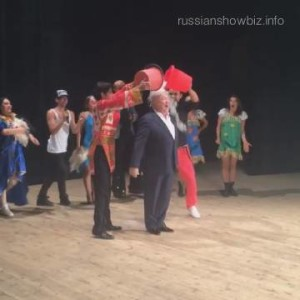 Владимир Винокур облился ледяной водой на сцене. Видео