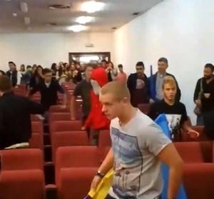 Из испанского вуза прогнали пытавшихся сорвать лекцию украинцев. Видео