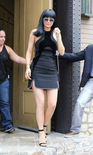 2DDADFBF00000578-3292836-Dark_horse_Kylie_Jenner_was_decked_out_in_designer_items_from_he-a-6_1445997217308