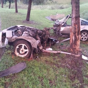 Водитель-счастливчик выбрался целым из разорванного пополам спорткара