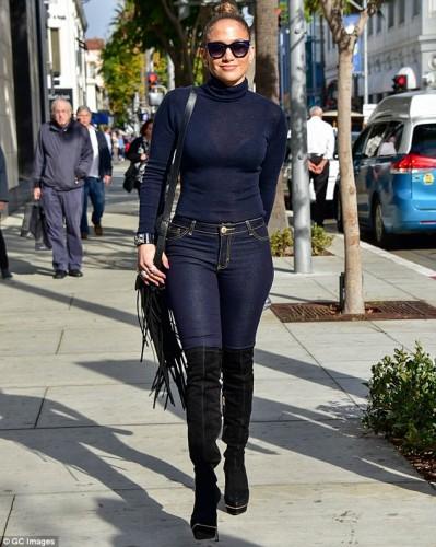 2F5A26F400000578-3359024-Figure_flaunting_fashion_Clearly_Jennifer_Lopez_was_taking_influ-m-1_1450085245830