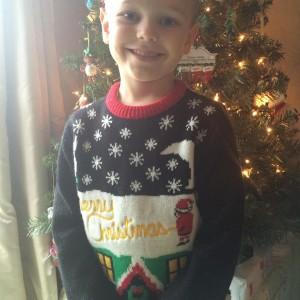 Женщина надела рождественский свитер сыну в школу. Лучше бы она этого не делала