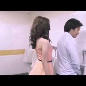 Что сексуальная девушка может делать в мужском туалете