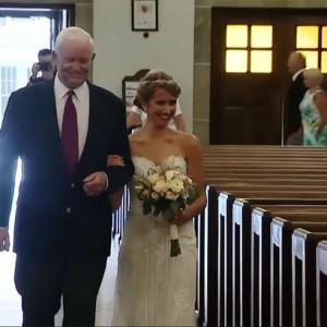 Невесту отвел к алтарю мужчина с сердцем ее отца. Видео