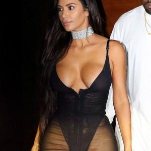 Ким Кардашьян показала свою зону бикини! Новое платье звезды взбудоражило публику.
