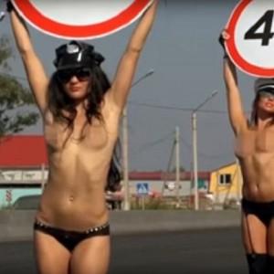 Девушки вышли топлес на дорогу в России. Причина провокационного поступка заставляет задуматься...