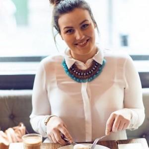 Работа мечты: Этой девушке платят за то, что она ест в ресторанах